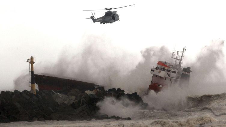 Le cargo battant pavillon espagnol s'est brisé en deux sur les rochers d'une plage d'Anglet (Pyrénées-Atlantiques). (BOB EDME / SIPA / AP)