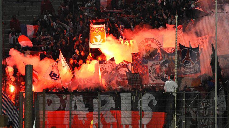 Des supporters du Paris Saint-Germain au Stade-Vélodrome, le 26 octobre 2008 à Marseille (Bouches-du-Rhône). (GERARD JULIEN / AFP)