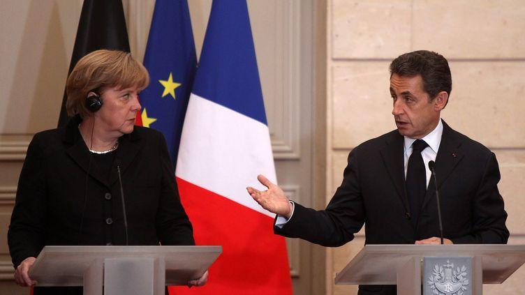 La chancelière allemande Angela Merkel et le président Nicolas Sarkozy, lors d'une conférence de presse commune à Paris, le 5 décembre 2011. (CHESNOT / SIPA)