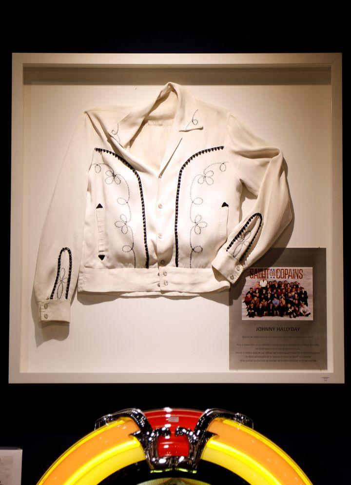 """Le blouson que Johnny portait sur lamythique photo de la bande de """"Salut les copains"""", en 1966. (CHARLES PLATIAU / REUTERS)"""
