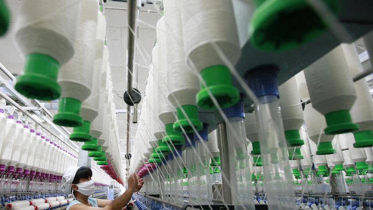 Une ouvrière d'une usine de textile àHuaibei, dans le nord de la Chine, le 24 juillet 2013. ( AFP )