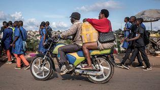 Moto-taxi à Yaoundé au Cameroun en octobre 2018. (MARCO LONGARI / AFP)
