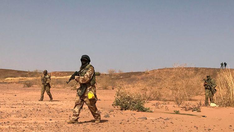 Des soldats se trouvent près deOuallam (Niger), le 18 avril 2018. (AARON ROSS / REUTERS)