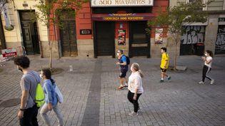 Des passants devant un restaurant à Madrid (Espagne), le 6 mai 2020. (OSCAR GONZALEZ / NURPHOTO / AFP)