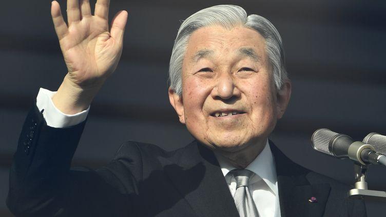 L'empereur du Japon, Akihito s'adresse à son peuple depuis le balcon de son palais à Tokyo, le 23 décembre 2016. (TOSHIFUMI KITAMURA / AFP)