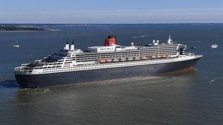 Le paquebot Queen Mary 2, 345 m de long, aux 17 ponts et à la gigantesque cheminée culminant à 72 mètres de haut, transporte 3 500 passagers et membres d'équipage. (DAMIEN MEYER / AFP)