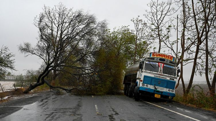 Un camion a fait une sortie de route près de Diu (Inde), le 18 mai 2021, après le passage du cyclone Tauktae. (PUNIT PARANJPE / AFP)