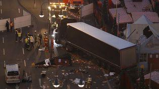 Des experts examinent le lieu de l'attaque au camion à Berlin (Allemagne), le 20 décembre 2016. (ODD ANDERSEN / AFP)