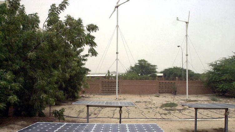 (Panneaux solaires et éoliennes à l'université de Nouakchott, en Maurétanie. © Maxppp)