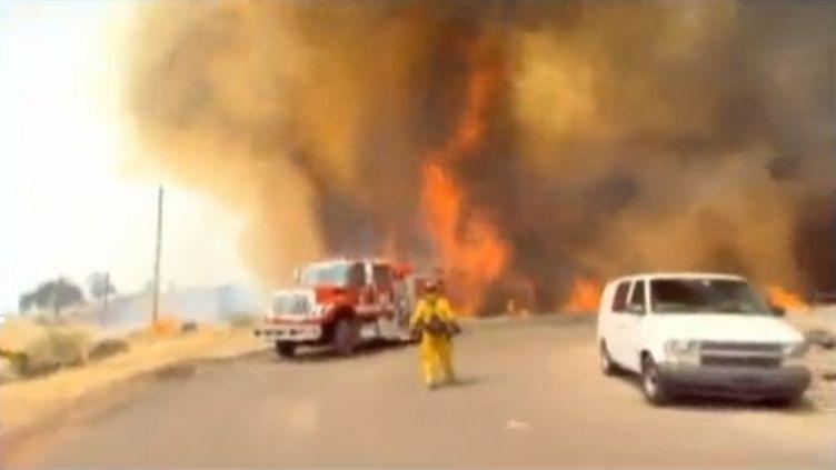 Un pompier recule face aux flammes en Californie (Etats-Unis), le 23 août 2012. (FTVI / APTN)