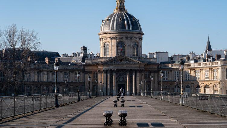 Le pont des Arts, le 1er avril 2020, à Paris. (VIRGINIE MERLE / HANS LUCAS)