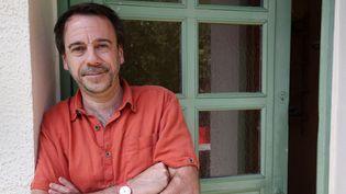L'écrivain Michel Bussi chez lui le 3 mai 2016  (JEAN-BAPTISTE QUENTIN / MAXPPP)