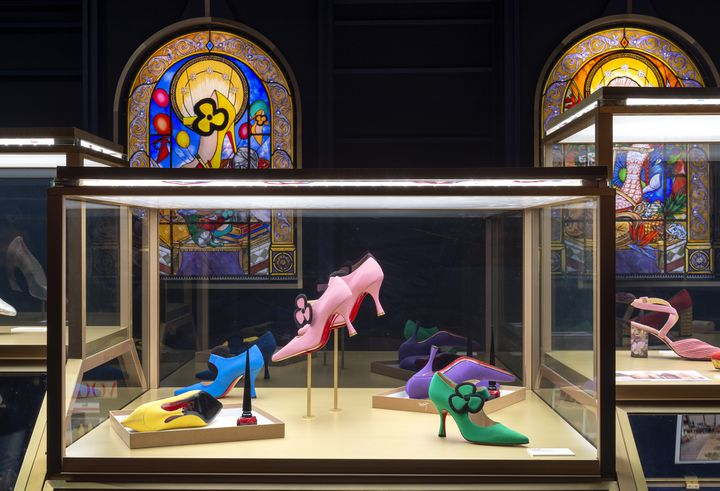 """Exposition""""ChristianLouboutin. L'Exhibition[niste]""""au Palais de la Porte Dorée : la salle aux vitraux.Février 2020 (MARC DOMAGE)"""