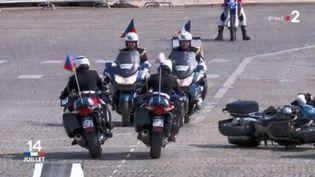 Une moto a chuté lors du défilé du 14-Juillet. (FRANCE TELEVISIONS)