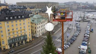 L'étoile du sapin géant de Skeppsbron, à Stockholm (Suède), le 27 novembre 2019. (FREDRIK SANDBERG / TT NEWS AGENCY / AFP)