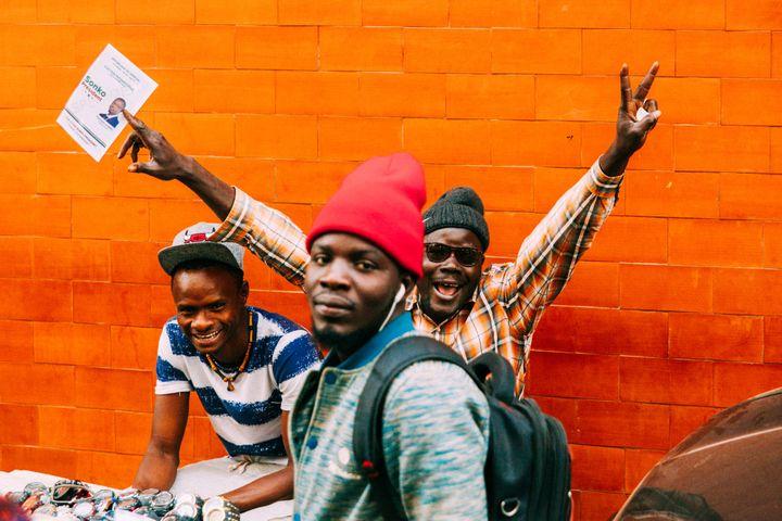 Jeunes partisans d'Ousmane Sonko, l'un des candidats de l'opposition à la présidentielle sénégalaise, en campagne à Dakar le 20 février 2019. (CARMEN ABD ALI / AFP)