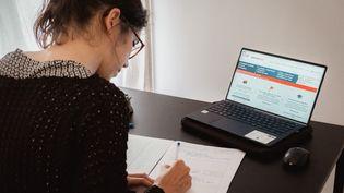 Une enseignante consulte le site de Parcoursup, le 26 mai 2021 à Paris. (LEO PIERRE / HANS LUCAS / AFP)