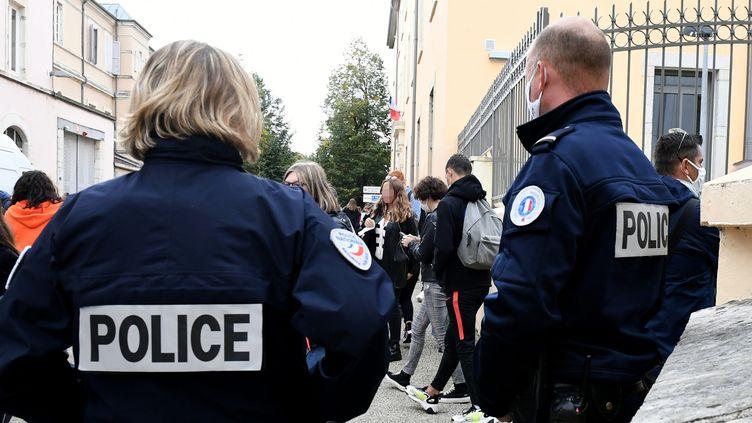 Des fonctionnaires de police en intervention, à Bourg-en-Bresse (Ain)le 7 octobre 2020 (CATHERINE AULAZ / MAXPPP)