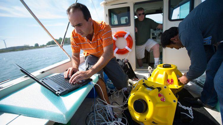 Des chercheurs de l'université de Buffalo testent leur système de réseau sans fil sous-marin sur le lac Erie, dans le nord-est des Etats-Unis. (DOUGLAS LEVRE / UNIVERSITY AT BUFFALO)