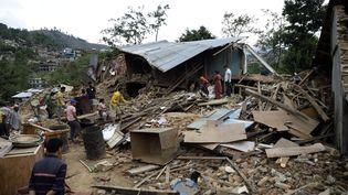Une maison détruite près de Katmandou, le 27 avril 2015, après le violent tremblement de terre qui a frappé le Népal, deux jours plus tôt. (MAXPPP)
