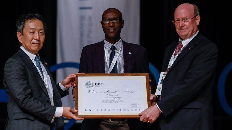 """L'activiste burundaisLeonidas Nzigiyimpa reçoit le Prix Wangari Maathai """"Défense des forêts"""" à Curitiba, au Brésil en marge du Congrès mondial de l'Union des instituts des recherches forestières (IUFRO). (@FAO/Morné BoojiLiewis)"""