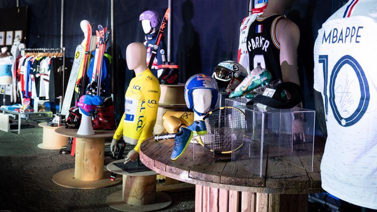 """Une centaine d'objets sportifs étaient proposés aux enchères au profit de l'association """"Les Etoiles Filantes"""""""