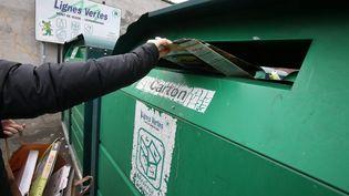 Un homme tri ses déchets dans un centre de recyclage à Nancy. (Photo d'illustration) (MAXPPP)