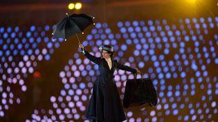 Parmi les nombreux personnages invités à la fête, Mary Poppins. Même pas besoin de parachute, le parapluie suffit. (CHRISTOPHE SIMON / AFP)