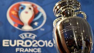 La coupe Henri Delaunay, le trophée remis aux vainqueurs de l'Euro de foot, est présentée à Paris, le 12 mai 2015. (FRANCK FIFE / AFP)