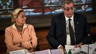 Patrick et Isabelle Balkany à la mairie de Levallois-Perret (Hauts-de-Seine), le 15 avril 2019. (STEPHANE DE SAKUTIN / AFP)