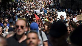 Des opposants au pass sanitaire défilent à Nantes (Loire-Atlantique), le 14 août 2021. (SEBASTIEN SALOM-GOMIS / AFP)