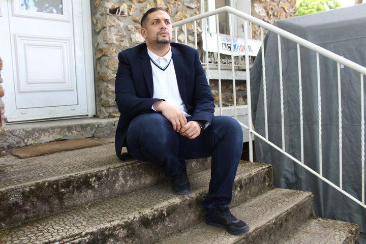 Mehdi Bigaderne, deuxième adjoint au maire de Clichy-sous-Bois (Seine-Saint-Denis), devant les locaux du collectif AClefeu, le 28 mai 2021. (ELISE LAMBERT / FRANCEINFO)