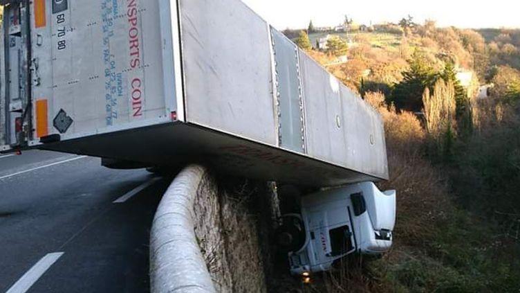 Le camion s'est retrouvé dans le vide après l'accident mardi. (GENDARMERIE NATIONALE)