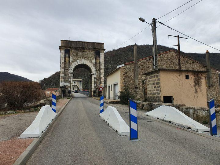 Des glissières ont été installées sur le pontsuspendu entre Andance (Ardèche) et Andancette (Drôme). (LAURIANE DELANOË / RADIO FRANCE)