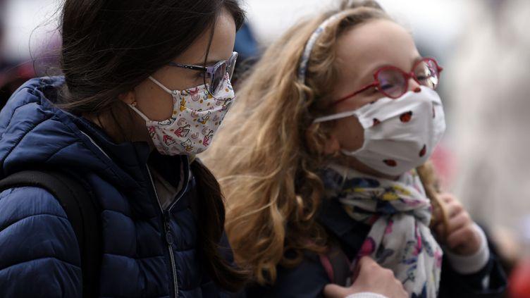 Deux enfants portant un masque sanitaire. Photo d'illustration. (ALEXANDRE MARCHI / MAXPPP)