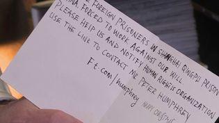 Une bouteille à la mer lancée dans une carte de voeu. À Londres (Royaume-Uni) selonThe Sunday Times, une fillette de 6 ans a eu une drôle de surprise : dans une carte fabriquée en Chine elle aurait découvert un appel au secours rédigé par un détenu étranger. (France 3)
