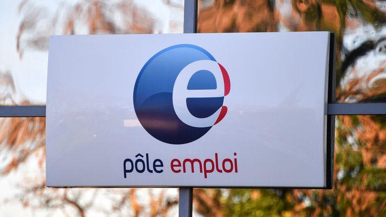 Le logo de Pôle emploi à Montpellier (Hérault), le 3 janvier 2019. (PASCAL GUYOT / AFP)
