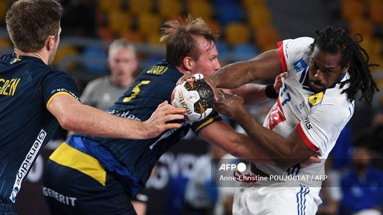 Jean-Jacques Acquevillo (France) bute sur la défense suédoise en demi-finale du Mondial (ANNE-CHRISTINE POUJOULAT / AFP)