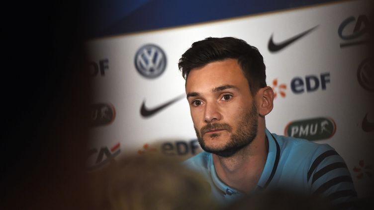 Le gardien de l'équipe de France, Hugo Lloris, lors d'une conférence de presse à Tirana, le 12 juin 2015. (LOIC VENANCE / AFP)