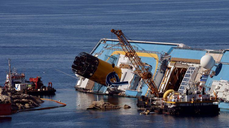 Port de l'île italienne deGiglio, le23 juin 2012.Les ingénieurs doivent débarrasser de nombreuses pièces qui pourraient alourdir le Costa Concordia ou gêner les manœuvres (VINCENZO PINTO / AFP)