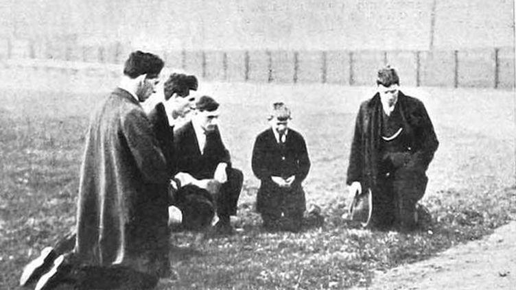 Des Irlandais qui se recueillent sur la pelouse où quatorze personnes ont été tuées lors du Bloody sunday (27 novembre 1920)