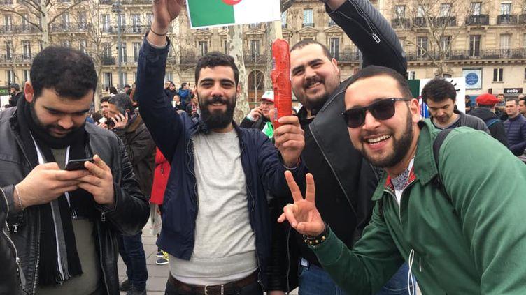 Des jeunes brandissant un cachir (saucisson), place de La République à Paris, dimanche 3 mars 2019. (FRANCEINFO/Mohamed BERKANI)