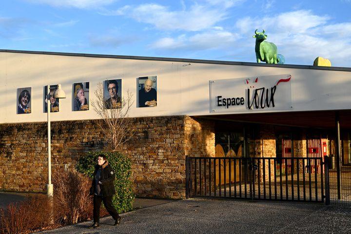 Sur la façade ducentre international du dessin de presse et d'humour de Saint-Just-le-Martel en Haute-Vienne, les portraits des cinq dessinateurs de Charlie Hebdo (MARC OLLIVIER / MAXPPP)