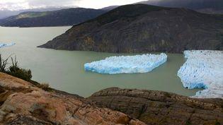 Un bloc de glace s'est détaché du glacier Grey au Chili, le 28 novembre 2017. (CONAF / AFP)