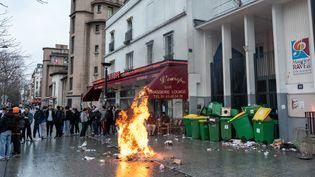Une poubelle incendiée lors d'un blocage devant le lycée Maurice-Ravel, à Paris, le 31 janvier 2020. (JEROME GILLES / NURPHOTO)