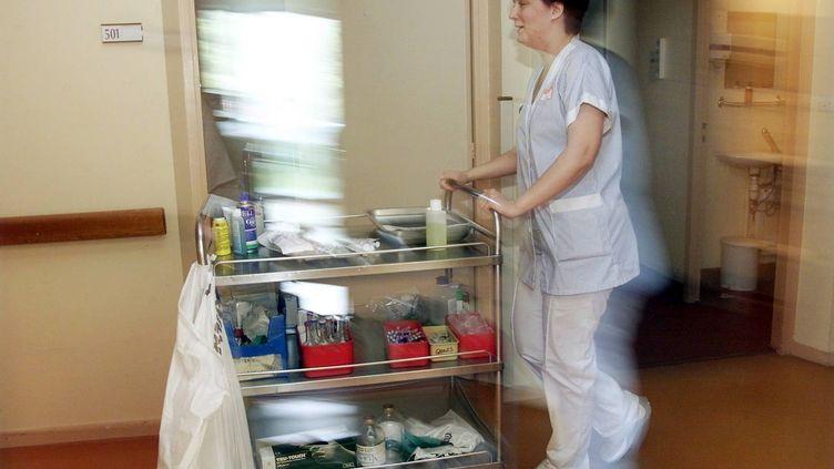 Une infirmière en milieu hospitalier en 2002. Photo d'illustration. (MAXPPP)
