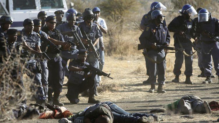 Des policiers ont abattu une trentaine de mineurs grévistes jeudi 16 août 2012 àMarikana, dans le nord de l'Afrique du Sud. (SIPHIWE SIBEKO / REUTERS)
