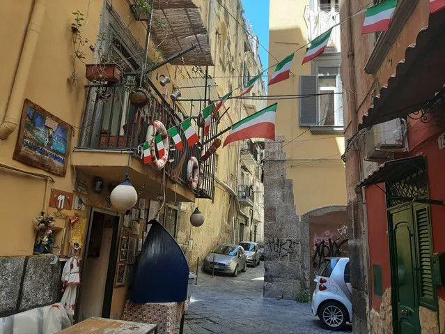 """Le siège de l'association Vico Pazzariello à l'angle d'un """"vicolo"""" à Naples en Italie. (BRUCE DE GALZAIN / RADIO FRANCE)"""
