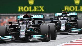 Les Mercedes de Valtteri Bottas et Lewis Hamilton ont terminé respectivement 2e et 4e du GP d'Autriche, dimanche 4 juillet 2021. (JOE KLAMAR / AFP)
