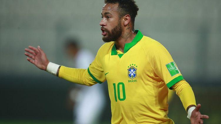 Neymar avec le maillot brésilien lors d'un match contre le Pérou en octobre 2020. (DANIEL APUY / AFP)